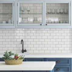 Evolution Vit väggplatta i avlångt format ger köket en trendig och modern look #hoganaskakel #hoganaskakelcenter #hkc #vaggplatta #kakel #kök #inredning  #design #plattor #inspiration #köksinspo #cchöganäs #kakelglädje #väggplatta