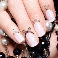 faux finger tattoos!??!! next time I'm gonna do a mix of Rihanna lace hand tattoo and these little nail tats haha