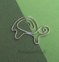 Segnalibro tartaruga di mia progettazione.    Dimensioni: 3 cm    Questi segnalibri sono realizzati a mano da 18 gauge filo placcato argento