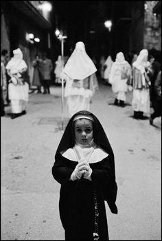 Ferdinando Scianna  Easter celebration, Enna, Sicily, 1983 / photography