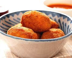 In Spain there are few dishes as traditional as croquetas . Imagine a very very thick bechamel sauce , almost solid, with some garnish ad. Tapas Recipes, Cuban Recipes, Fish Recipes, Seafood Recipes, Cooking Recipes, Tuna Croquettes Recipe, Boricua Recipes, Peruvian Recipes, Easy Family Meals