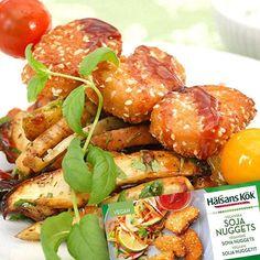 Du hinner lätt med en till grillkväll innan sommaren är slut! Testa att göra smarriga grillspett med våra Nuggets. En given sensommarsuccé för hela familjen! #vego HälsansKök #vegan #grillkväll #sensommar sojanuggets nuggets soja vegetariska sesam grillmat rotfrukter potatis grillade chilisås bbqsås byolsen miiaolsen wanties