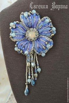 Shibori Flower Pendant Broach in Lilac & Blue Bead Embroidery Jewelry, Soutache Jewelry, Silk Ribbon Embroidery, Bead Jewellery, Fabric Jewelry, Hand Embroidery Designs, Beaded Jewelry, Beaded Flowers, Fabric Flowers