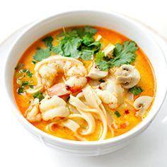 Pyszna, esencjonalna i rozgrzewająca azjatycka zupa z krewetkami, makaronem ryżowym i mlekiem kokosowym. Z dodatkiem tofu i pieczarek. Seafood Recipes, Indian Food Recipes, Asian Recipes, Soup Recipes, Cooking Recipes, Healthy Recipes, Ethnic Recipes, I Love Food, Good Food