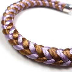 Make your own kumihimo jewelry with satin cord and a foam disc. Step by step instructions. In Norwegian and English.