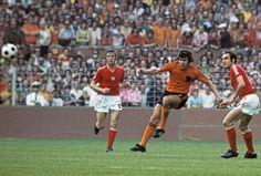 Holland 4 Bulgaria 1 in 1974 in Dortmund. Wim Van Hanegem shoots #WorldCupFinalsGroup