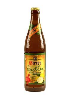 La Hirter Radler Zitrone è una bevanda particolare e il risultato di una ricetta attentamente studiata.Come per tutte le specialità Hirter, l'acqua dolce utilizzata proviene dalle sorgenti montane di una zona protetta che si trova proprio di fronte al birrificio.La Hirter Radler Zitrone è OGM free, non pastorizzata e quindi completamente naturale.Grazie al mix perfetto di birra Hirter e gustosa limonata a basso contenuto calorico con aromi naturali, la Hirter Radler Zitrone si presenta al…
