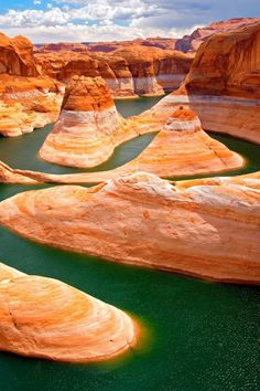 Utah, Lake Powell is a huge man-made reservoir visited by 2,000,000 people every year. It straddles both Utah and Arizona. The water is stunningly blue and the rocks contrast beautifully in hues of red, orange and yellow. In the adjacent Glen Canyon National Recreation Area, you can also find the Rainbow Bridge National Monument. This is considered to be the world's highest natural bridge.