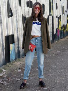 STYLIGHT Streetview: der Streetstyle des Tages! Heute mit High-Waist-Jeans. Mode-Verwandtschaft mit Steve Urkel nicht ausgeschlossen! Chloe Sachdev trägt die Mom-Jeans aber viel cooler als der 90er-Jahre-Nerd.