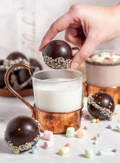 How to make beautiful, shiny and professional looking hot chocolate bombs! How to easily temper chocolate and simple decorating! Chocolate Cacao, Hot Chocolate Gifts, Christmas Hot Chocolate, Hot Chocolate Bars, Hot Chocolate Mix, Hot Chocolate Recipes, Christmas Sweets, Christmas Baking, Melting Chocolate