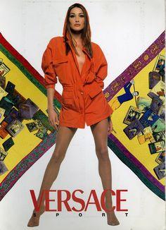 Carla Bruni for Versace Gianni And Donatella Versace, Gianni Versace, Versace Versace, Fashion Model Poses, Original Supermodels, 80s And 90s Fashion, 90s Models, Female Models, Carla Bruni