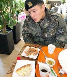 Kang Ha-neul Enjoys Pizza While in Uniform Korean Male Actors, Korean Celebrities, Korean Wave, Korean Star, Chanyeol, Kang Haneul, Why Im Single, Yong Pal, Lee Bo Young