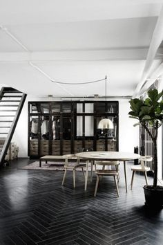 black floor Bright industrial home with black wood floors, a gold pendant light, and a walk-in closet Style At Home, Planchers En Chevrons, Black Wood Floors, Black Floorboards, Wood Flooring, Dark Flooring, Hardwood Floors, Loft Interiors, White Interiors