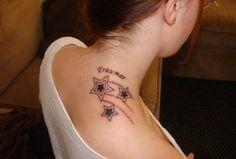 Женская татуировка немецкая надпись и звезды на шее