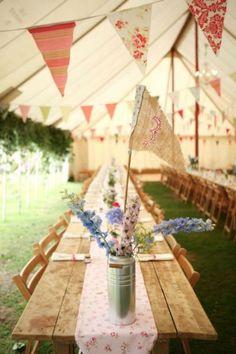 Wimpelketten und Girlanden für die Hochzeit.