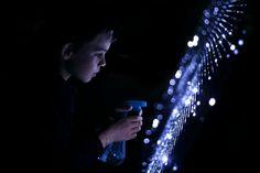 Que l'eau devienne lumière ! :: Water Light Graffiti : un mur de LEDs s'allume au contact de l'eau. Dessin au pinceau, à l'éponge, à la main ou au sceau. Magique et merveilleux...