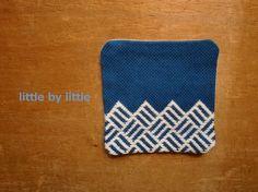 こぎん刺しのコースター。模様の名前はわからないのですが、波の様な形が美しいです。ゆっくりティータイムを演出してくれそうです。藍色の刺繍生地に、生成り色の糸で刺...|ハンドメイド、手作り、手仕事品の通販・販売・購入ならCreema。