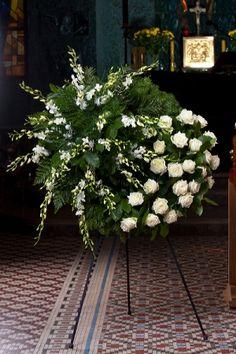 Wieniec  Biały 002 Funeral Floral Arrangements, Flower Arrangements, Diy Flowers, Fresh Flowers, Alcohol Aesthetic, Casket Sprays, Memorial Flowers, Cemetery Flowers, Funeral Memorial