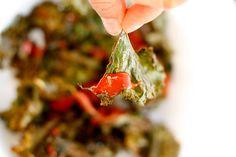 BOERENKOOL CHIPS Ingrediënten voor 1 portie -3 boerenkool bladeren* -1 tl paprikapoeder -1 tl komijnpoeder -zout en peper -1 el olijfolie -tomatenketchup om te serveren 1. Bekleed een bakplaat met bakpapier en verwarm de oven voor op 175 graden.  2. Scheur de bladeren van de steel in kleinere stukken. Leg ze op de bakplaat en besprenkel met olijfolie. Strooi de kruiden en peper en zout erover.  3. Zet de bakplaat voor 15 min. in de oven. Keer de chips daarna om en bak nog 5 min.
