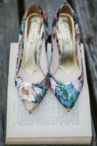 Floral print high heel shoes, perfect with a pink bridesmaid dress !