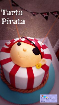 Nuestra Tarta Pirata!!!! Diseñada con líneas básicas y puras, siguiendo un esquema de color que nos encanta (celeste y rojo :D) ...y por supuesto, con sello 100% DulceInspiración: nuestros banderines personalizados!!!!  Un clásico de piratas con un toque infantil que esperamos que os guste tanto como a nosotras   Feliz día!!!!