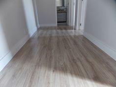 O piso laminado usado foi o Savoy, da Durafloor - linha Nature (coleção 2013) O rodapé também é da durafloor e tem altura de 12cm