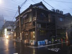 An old wooden house that survived in modern Tokyo [36482736]
