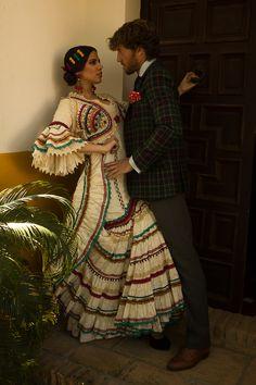 Menta y Canela   Moda Flamenca por Elena Rivera vía Mamá de Mayor Quiero Ser Flamenca. Traditional Mexican Dress, Traditional Dresses, Spanish Dress Flamenco, Spanish Costume, Flamenco Costume, Spanish Fashion, Tribal Dress, Edwardian Dress, Mexican Dresses