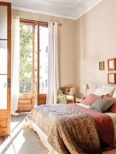 Квартира с характером в Барселоне | Классический интерьер квартиры в старом доме в Испании
