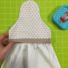 How to sew the kitchen towel with Sara Poiese - 07 – how to sew the kitchen towel – sara poiese - Small Sewing Projects, Sewing Projects For Beginners, Sewing Hacks, Sewing Tutorials, Sewing Crafts, Sewing Patterns, Kitchen Towels Hanging, Hanging Towels, Dish Towel Crafts