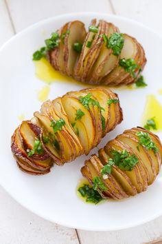 Chrupiące, gorące i wbrew pozorom proste do wykonania dzięki sprytnemu patentowi na krojenie. No bo jak pokroić kilogram ziemniaków w cieniutkie plasterki, tak, by skórka od spodu pozostała nienaruszona? Wystarczy położyć ziemniaka na drewnianej łyżce i sprawa okazuje siębardzo prosta. Spójrzcie, jak to wygląda na zdjęciu. Nacinane pieczone ziemniaki z ...czytaj