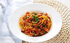 Nieprzyzwoicie pyszne spaghetti alla puttanesca. Przepis włoskich ladacznic Kefir, Japchae, Spaghetti, Healthy Recipes, Healthy Food, Menu, Dinner, Ethnic Recipes, Zero Waste
