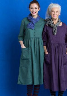 Solid-colored dress with a square neckline, buttons and side pockets with a touch of simple hand embroidery. Sewn in a light, airy slub eco-cotton. Modest Dresses, Plus Size Dresses, Stylish Older Women, Linen Tunic Dress, Bohemian Mode, Cotton Tunics, Simple Outfits, Bunt, Vintage Dresses