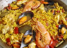 Paella típica española. Paella, Ethnic Recipes, Food, Traditional Kitchen, Hipster Stuff, Meal, Essen, Hoods, Meals