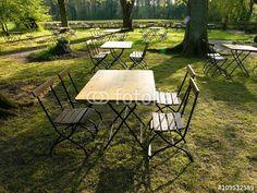 Gartentische und Bistrostühle im traditionellen Gartenlokal in Lipperreihe im Teutoburger Wald im Kreis Lippe bei Bielefeld