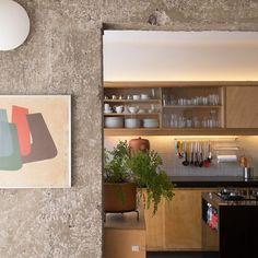 duas dicas legais pra quem pretende integrar a cozinha: 1. é bacana deixar as colunas e vigas com concreto à mostra; 2. fitas de LED nos armários já deixam o espaço mais aconchegante... está aí a prova! #cozinhaaberta #arquitetura #todacasatemumahistoria #concreto
