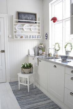 Witte keuken met bordenrek