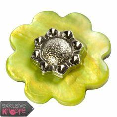 exklusive-knoepfe.de - Perlmuttknopf Blumenform grün gefärbt mit Metalleinsatz