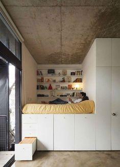 10 trucos para decorar una habitación juvenil con éxito. Dormitorio juvenil con cama elevada y gran capacidad de almacenaje.