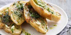 PAIN A L'AIL (Pour 4 P : 4 belles tranches de pain, 6 c à s d'huile d'olive, 2 branches de persil, 2 belles gousses d'ail, sel, poivre)