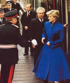 1987-03-04 Diana steps off the train at Bradford Station in West Yorkshire