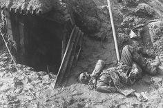 21 février 1916 : Début de la bataille de Verdun   1914 1918 - Cette photo résume à elle-seule toute l'horreur de la bataille de Verdun, qui s'étala du 21 février au 19 décembre 1916 et provoqua la mort de près de 300 000 hommes. Un soldat allemand gît dans une tranchée reconquise par les Français.