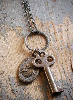 antieke klaver kabinet sleutel en een vintage religieuze medaille beeltenis van…
