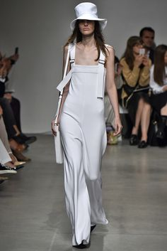 Milan Fashion Week: branco é destaque nos looks, calçados e bolsas.