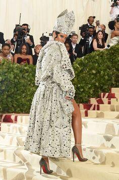 Best Celebrity Looks on the Met Gala 2018 Red Carpet - Amal Clooney, Rihanna, - Celebrity Style News: Celebrity Style Fashion and Latest Trends Amal Clooney, Celebrity Red Carpet, Celebrity Look, Celebrity Dresses, Moda Rihanna, Estilo Rihanna, Rihanna Fenty, John Galliano, Looks Rihanna