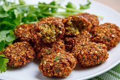 Learn how to make falafel and fattush: the ultimate Lebanese vegan combo ! A two-in-one vegan recipe for Lebanese cuisine lovers! Comida Armenia, Comida India, Falafels, Lebanese Recipes, Vegan Recipes, Lebanese Cuisine, Vegan Food, Falafel House, How To Make Falafel