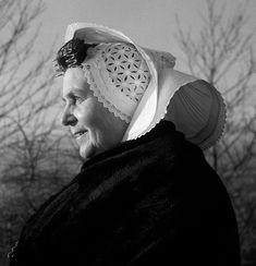 Vrouw uit Arnemuiden in klederdracht met kap, Zeeland (1950-1960) #Zeeland #Arnemuiden