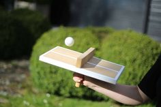 Voici un tutoriel pour fabriquer une drôle de table de ping-pong pour jouer ... seul.  L'objectif est de faire rebondir la balle de chaque côté du filet le plus de fois possible en tenant la table comme une raquette de ping-pong.  - La Fabrique DIY, premier site collaboratif de tutoriels DIY