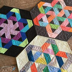Jaybird Quilts Gazebo Table Topper. Made with Kona Cotton Sunset solids by Robert Kaufman Fabrics, and the Hex N More Ruler. Available in local & online quilt shops. #JaybirdQuilts  #GazeboQuilt #HexNMore