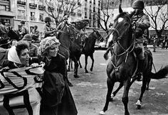 Madres de Plaza de Mayo reprimidas por la caballería en plena dictadura militar, 1982